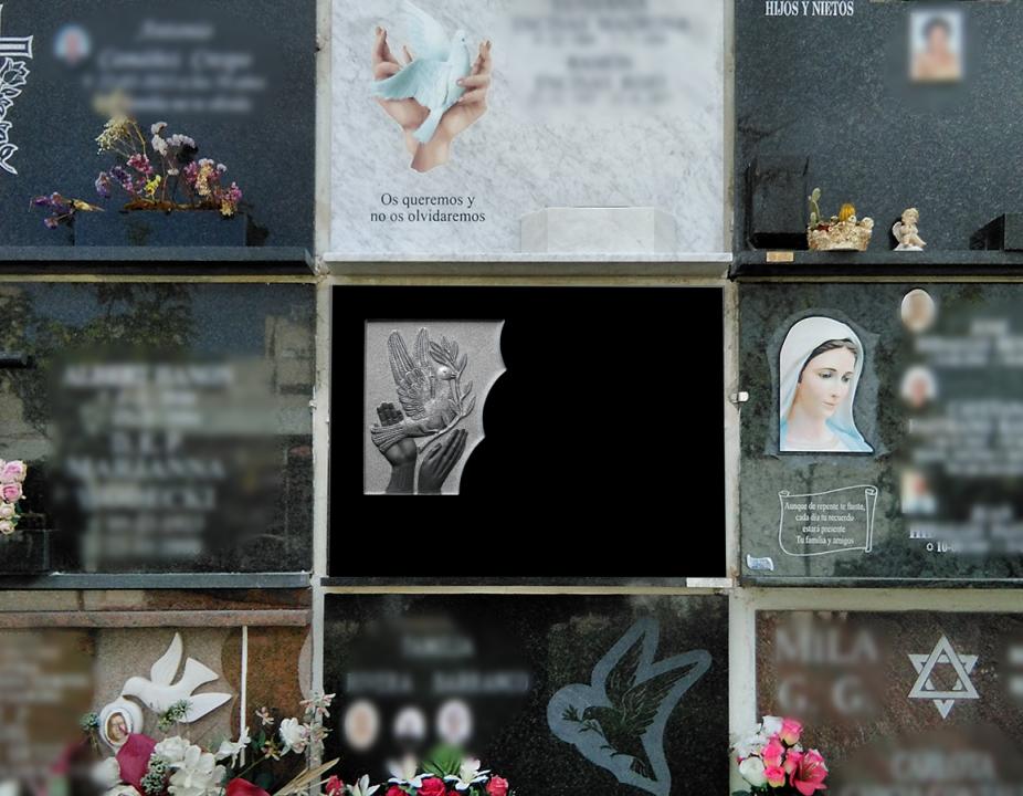 Lápida de piedra natural con imagen de manos y palomas tallada